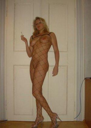 Юлия любит баловаться со своей подружкой – она переодевается в черную сетку, которая соблазнительно выглядит - фото 57