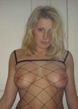 Юлия любит баловаться со своей подружкой – она переодевается в черную сетку, которая соблазнительно выглядит - фото 62