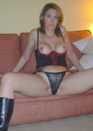 Смелая дамочка хранит большую коллекцию сексуальных фотографий, на которых она показывает всю себя - фото 30