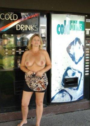Зрелая пышная женщина показывает свое тело, абсолютно не стесняясь взглядов окружающих - фото 9