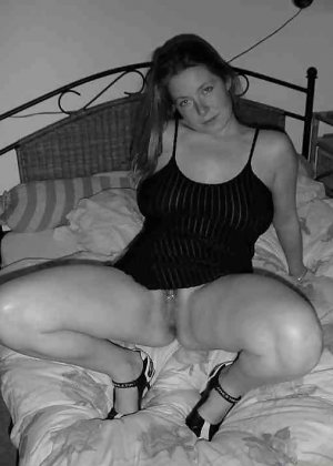 Польская дамочка раздевается перед камерой, показывая все самые интимные части своего тела - фото 22