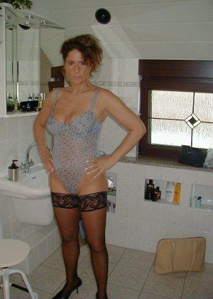 Горячая итальянка выглядит очень сексуально, показывая свое тело в разных комплектах белья - фото 20