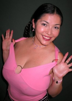 Ванеса Рейес показывает свои огромные буфера перед камерой и поражает их невероятным объёмом - фото 4