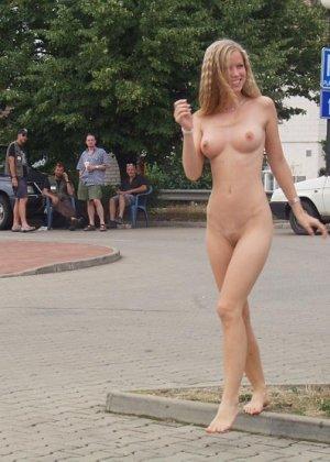 Раскованная блондинка не стесняется удивленных взглядов, когда гуляет по улицам своего города - фото 11