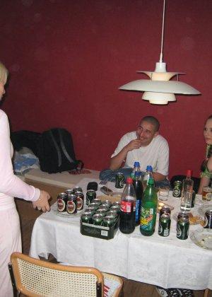 Девушки напиваются и устраивают мощную оргию на весёлой домашней вечеринке - фото 4