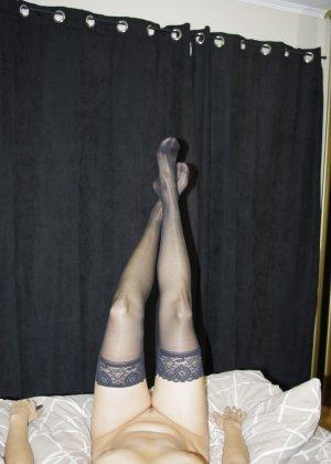 Сексуальная девушка делает откровенные селфи, снимая себя в разных ситуациях, даже с вибраторами - фото 29