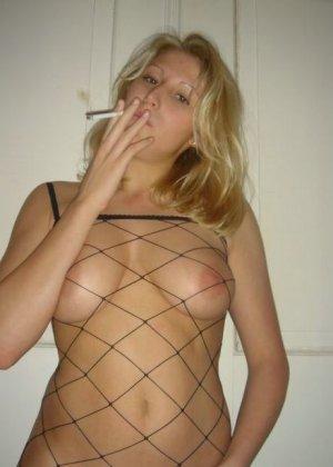 Юлия любит баловаться со своей подружкой – она переодевается в черную сетку, которая соблазнительно выглядит - фото 63