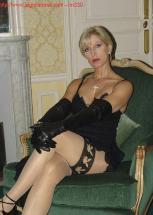 Зрелая роковая блондинка показывает свое хорошо сохранившееся тело с множеством татуировок - фото 3