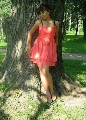 Девушка гуляет в летнем платье и периодически приподнимает его, чтобы показать свою киску - фото 9