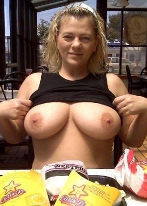 Зрелая пышная женщина показывает свое тело, абсолютно не стесняясь взглядов окружающих - фото 6