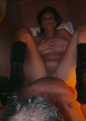 Смелая дамочка хранит большую коллекцию сексуальных фотографий, на которых она показывает всю себя - фото 37