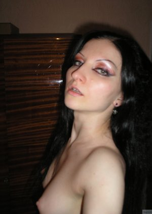 Девушка соглашается на домашнюю эротическую фотосессию, в которой она постепенно раздевается - фото 20
