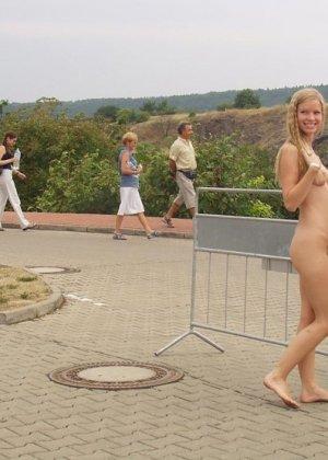 Раскованная блондинка не стесняется удивленных взглядов, когда гуляет по улицам своего города - фото 15