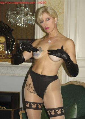 Зрелая роковая блондинка показывает свое хорошо сохранившееся тело с множеством татуировок - фото 28