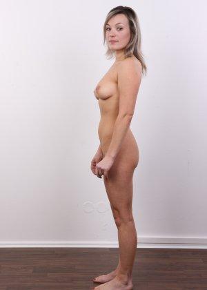 Девушка участвует в фотосессии, чтоб показать своё обнажённое тело перед камерой всем желающим - фото 14