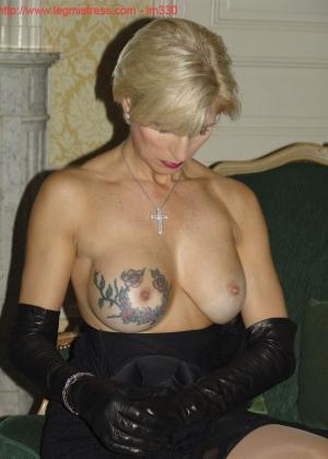 Зрелая роковая блондинка показывает свое хорошо сохранившееся тело с множеством татуировок - фото 24