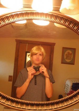 Девушка меняет разное белье перед зеркалом и показывает себя перед камерой, но скрывает лицо - фото 12