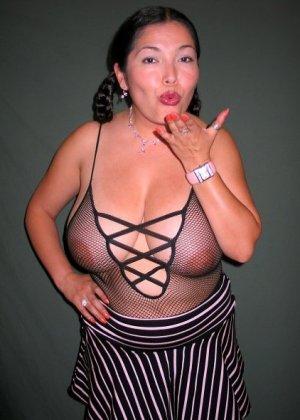 Ванеса Рейес показывает свои огромные буфера перед камерой и поражает их невероятным объёмом - фото 40