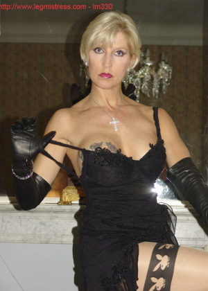 Зрелая роковая блондинка показывает свое хорошо сохранившееся тело с множеством татуировок - фото 20