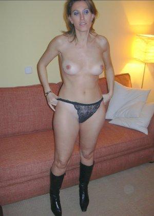Смелая дамочка хранит большую коллекцию сексуальных фотографий, на которых она показывает всю себя - фото 32