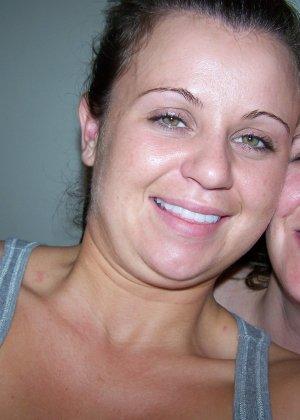 Две сексуальные лесбиянки нежатся друг с другом и снимают себя на камеру в процессе - фото 5