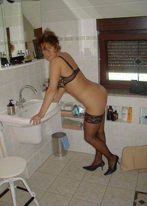 Горячая итальянка выглядит очень сексуально, показывая свое тело в разных комплектах белья - фото 32