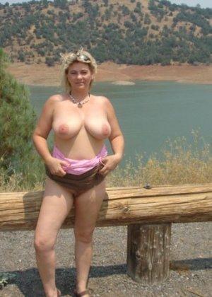 Зрелая пышная женщина показывает свое тело, абсолютно не стесняясь взглядов окружающих - фото 4