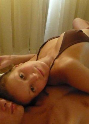 У девушки есть большая галерея фотографий, на которых она иногда дразнит своим телом - фото 38