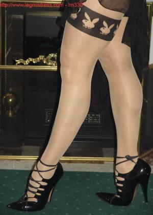 Зрелая роковая блондинка показывает свое хорошо сохранившееся тело с множеством татуировок - фото 9