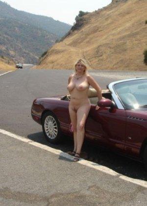 Зрелая пышная женщина показывает свое тело, абсолютно не стесняясь взглядов окружающих - фото 10