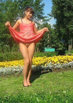Девушка гуляет в летнем платье и периодически приподнимает его, чтобы показать свою киску - фото 11
