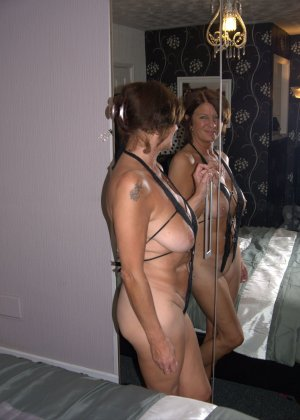 Опытная женщина знает, что нужно для того, чтобы выглядеть невероятно соблазнительно на фотографиях - фото 26