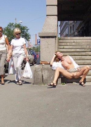 Распутная телочка гуляет по улицам красивого города и при этом оголяется на глазах у шокированного народа - фото 30