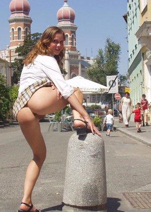 Распутная телочка гуляет по улицам красивого города и при этом оголяется на глазах у шокированного народа - фото 2