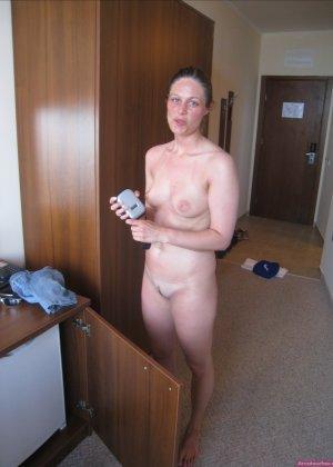 Сексуальная девушка делает откровенные селфи, снимая себя в разных ситуациях, даже с вибраторами - фото 34