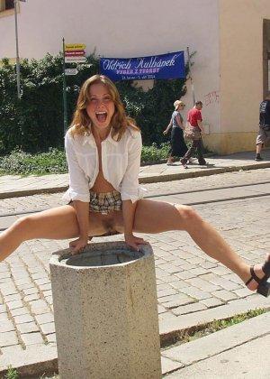 Распутная телочка гуляет по улицам красивого города и при этом оголяется на глазах у шокированного народа - фото 15
