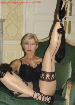 Зрелая роковая блондинка показывает свое хорошо сохранившееся тело с множеством татуировок - фото 18