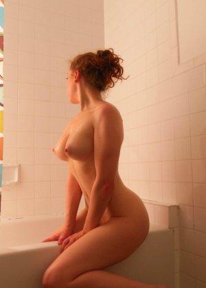 Шикарная телочка любит вставлять в свою пизденку разные предметы и всегда это делает очень эротично - фото 27