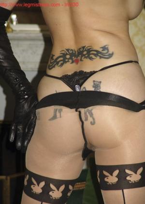 Зрелая роковая блондинка показывает свое хорошо сохранившееся тело с множеством татуировок - фото 32