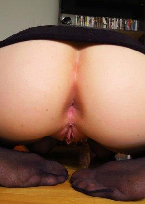 Шикарная телочка любит вставлять в свою пизденку разные предметы и всегда это делает очень эротично - фото 28