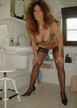 Горячая итальянка выглядит очень сексуально, показывая свое тело в разных комплектах белья - фото 39