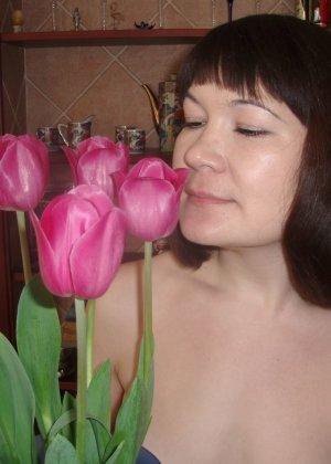 Ребекка вставляет в свои дырочки два вибратора – она не стесняется своей густой растительности между ног - фото 13