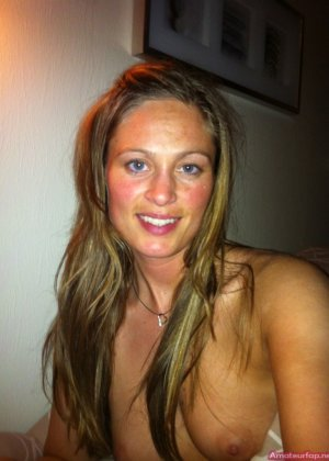 Сексуальная девушка делает откровенные селфи, снимая себя в разных ситуациях, даже с вибраторами - фото 37