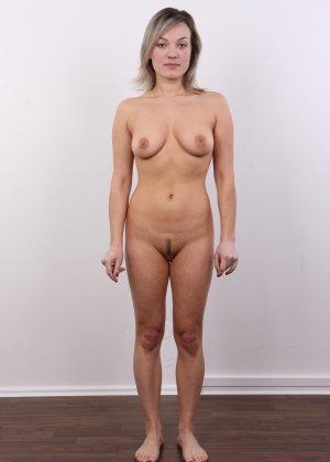 Девушка участвует в фотосессии, чтоб показать своё обнажённое тело перед камерой всем желающим - фото 13