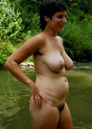 Две смелые дамочки купаются и при этом не стесняются во время того, как их снимают на камеру - фото 16