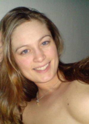 Сексуальная девушка делает откровенные селфи, снимая себя в разных ситуациях, даже с вибраторами - фото 25