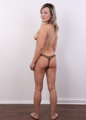 Девушка участвует в фотосессии, чтоб показать своё обнажённое тело перед камерой всем желающим - фото 10