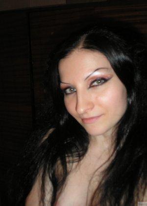 Девушка соглашается на домашнюю эротическую фотосессию, в которой она постепенно раздевается - фото 6