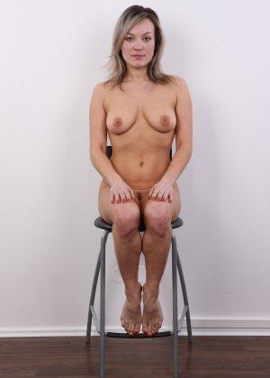 Девушка участвует в фотосессии, чтоб показать своё обнажённое тело перед камерой всем желающим - фото 18