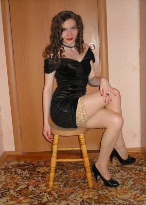 Девушка соглашается на домашнюю эротическую фотосессию, в которой она постепенно раздевается - фото 27
